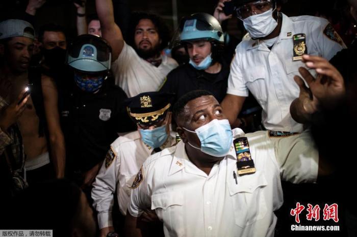 �Y料�D:�~�s警察局副局�L杰弗里・�R德拉在布�克林�^一��抗�h示威活�蝇F��,�p膝跪地,悼念是死去的弗洛伊德。