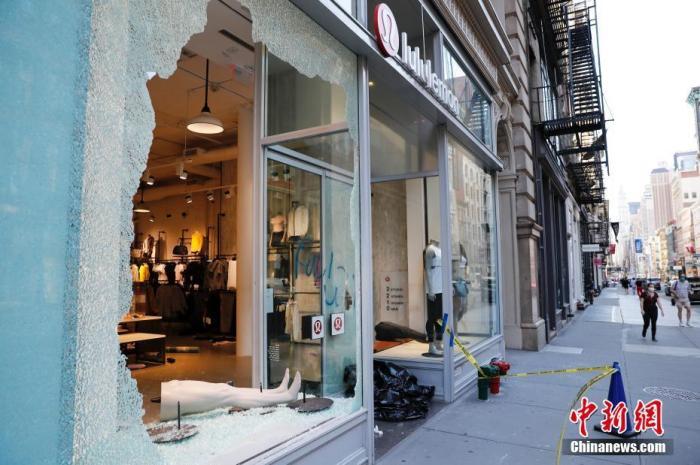 当地时间6月1日,纽约苏荷区一家商店橱窗破损。<a target='_blank' href='http://www.chinanews.com/'>中新社</a>记者 廖攀 摄