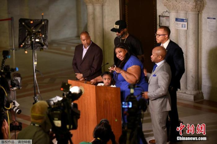 """二级谋杀!""""跪杀""""非裔男子警员控罪提升 其他三人被指控图片"""