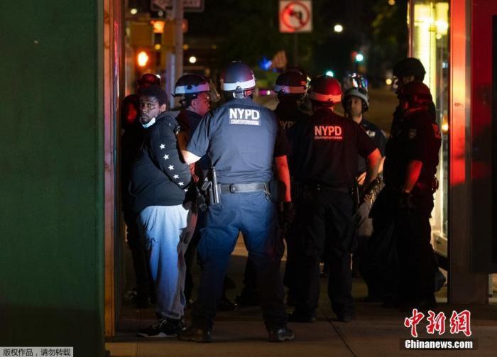 资料图:当地时间6月2日,美国纽约进入宵禁后,警察在街上拘捕了部分未执行规定的人。