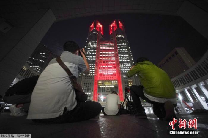 日本东京都新增确诊12例 地标建筑亮红灯示警图片