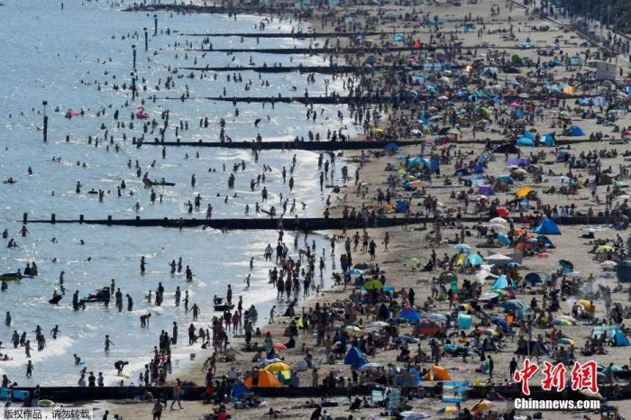 当地时间6月2日,英国伯恩茅斯,大量游客在海滩上享受好天气。