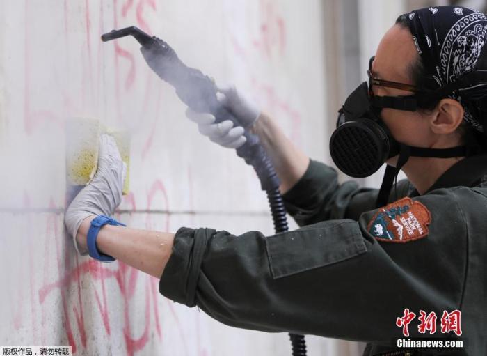 当地时间6月3日,美国纽约,抗议示威活动之后,联邦大厅国家纪念馆的雕塑及墙体上出现文字涂鸦。