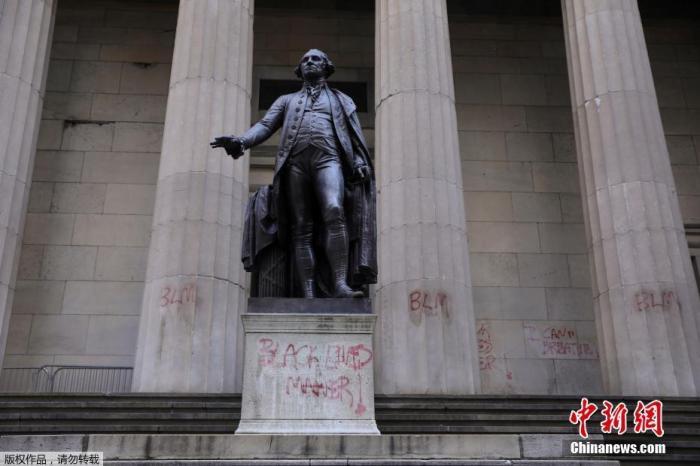 资料图:当地时间6月3日,美国纽约,抗议示威活动之后,联邦大厅国家纪念馆的雕塑及墙体上出现文字涂鸦。联邦大厅国家纪念馆是美国第一届国会所在地。