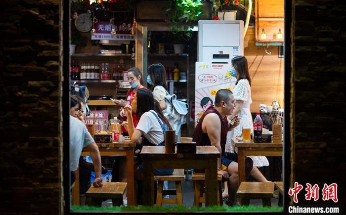 """资料图:6月3日晚间,市民在位于北京市朝阳区望京地区的一家餐厅就餐。当天,北京市商务局透露,北京消费季将于6月6日启动,至""""十一""""黄金周后结束。期间,将发放122亿元人民币的消费券。 中新社记者 侯宇 摄"""