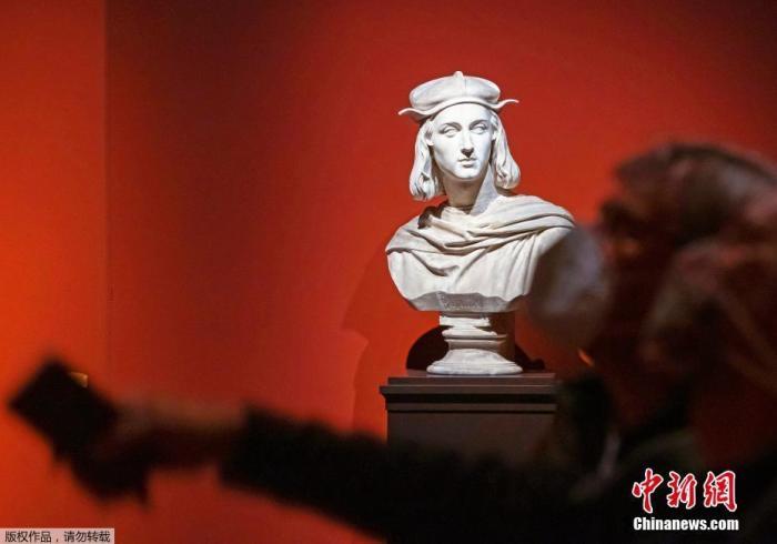 """当地时间6月4日,德国德累斯顿,纪念文艺复兴大师拉斐尔逝世500周年的展览举行媒体预展,此次展览将从6月6日一直持续至8月30日。据悉,拉斐尔生于1483年,他与达·芬奇和米开朗基罗并称""""文艺复兴三杰"""",以描绘柔美的圣母形象而著称。"""