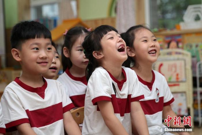 资料图:幼儿园孩子们在教室内上课。中新社记者 张远 摄