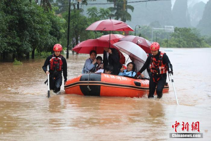 6月7日,廣西桂林市消防救援人員營救陽朔縣香樟華萍酒店被困人員52人。 熊有發 攝