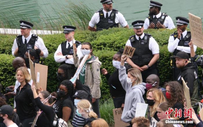 """6月7日,上万英国民众不顾""""保持2米社交距离""""规定,聚集在美国驻英国大使馆前,举行抗议美国非裔乔治·弗洛伊德之死的游行示威活动。中新社记者 张平 摄"""