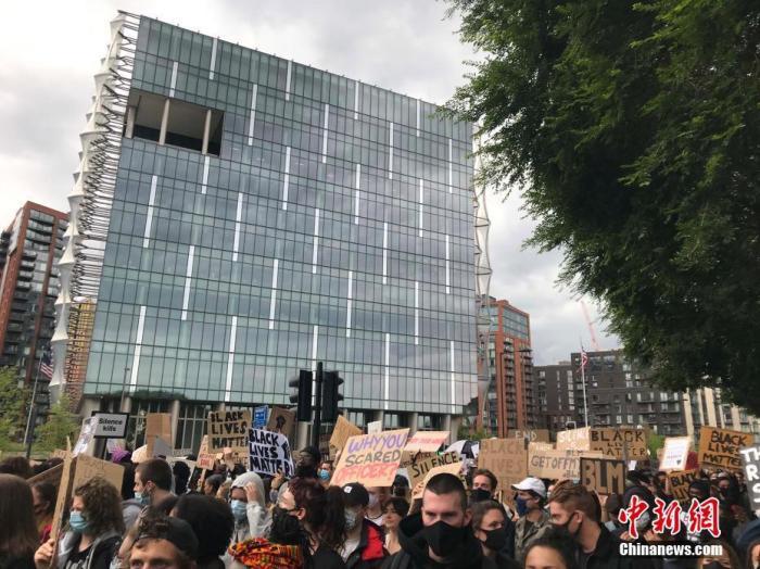 """6月7日,上万英国民众不顾""""保持2米社交距离""""规定,聚集在美国驻英国大使馆前,举行抗议美国非裔乔治·弗洛伊德之死的游行示威活动。 <a target='_blank' href='http://www.chinanews.com/'>中新社</a>记者 张平 摄"""