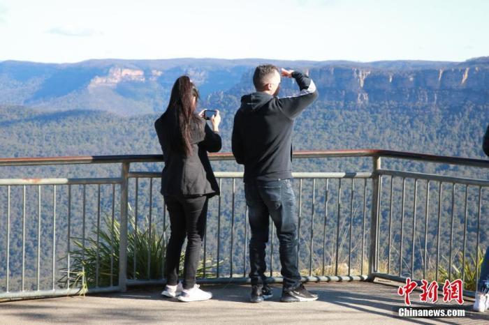 """当地时间6月8日是澳大利亚多州的女王生日假期。由于疫情得到控制,悉尼所在的新南威尔士州已""""解禁""""非必要旅行。当日,民众利用假期,纷纷来到距离悉尼市区100公里的蓝山风景区,享受自然美景。 中新社记者 陶社兰 摄"""