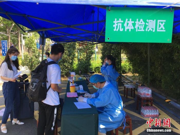 資料圖:武漢大學返校學生接受核酸和抗體檢測,檢測費用由學校承擔。馬芙蓉 攝
