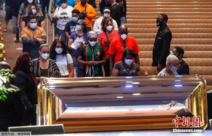 当地时间6月8日,在美国得克萨斯州休斯敦市,人们在教堂内瞻仰弗洛伊德遗体。