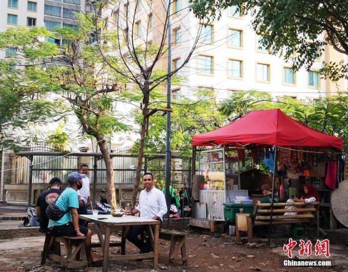 当地时间6月8日傍晚,印�ͻئ�都雅加达市中心一处空地上,民众在露天摊位上消费。 a target='_blank' href='http://www.chinanews.com/'中新社/a记者 林永传 摄