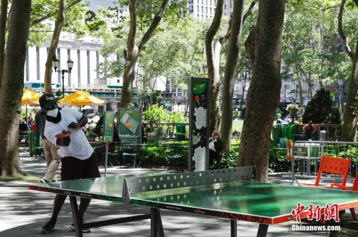 当地时间6月8日,纽约市民在布莱恩公园打乒乓球。<a target='_blank' href='http://www.chinanews.com/'>中新社</a>记者 廖攀 摄