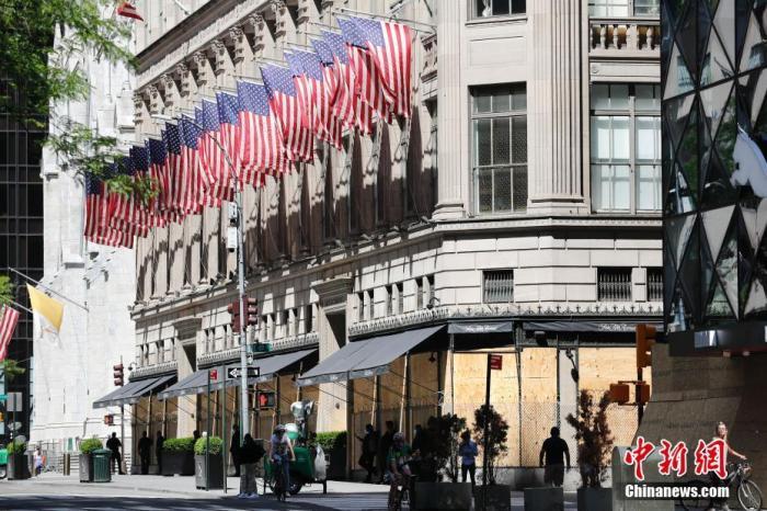 当地时间6月8日,纽约五大道百货大楼照样紧闭门户。中新社记者 廖攀 摄