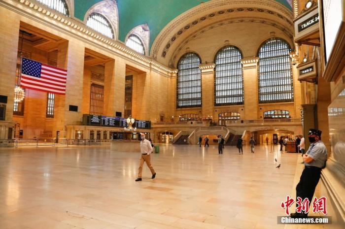 当地时间6月8日,走人和服务人员在纽约中间车站大厅。中新社记者 廖攀 摄