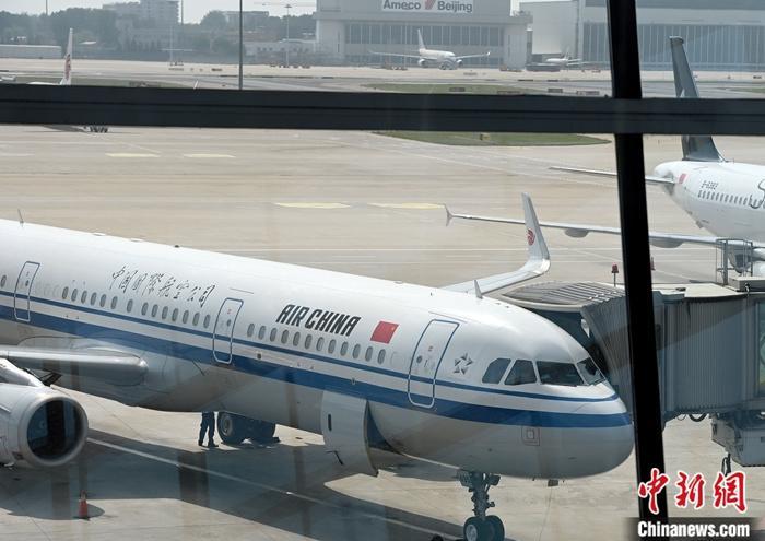 6月10日,一架航班停靠在北京首都国际机场。 中新社记者 侯宇 摄