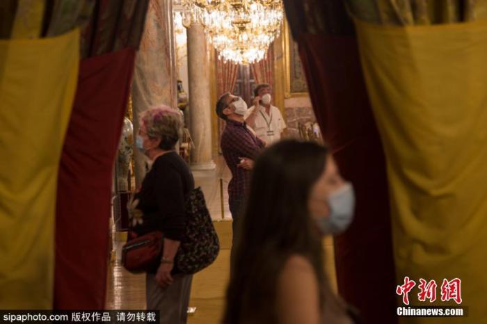 当地时间6月10日,西班牙马德里,马德里皇宫(The Royal Palace of Madrid)重新对公众开放。图片来源:Sipaphoto 版权作品 禁止转载