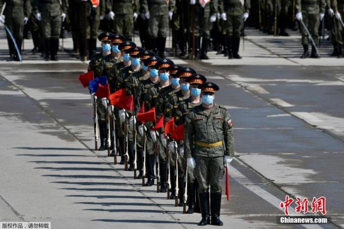 当地时间6月10日,在俄罗斯纪念卫国战争胜利75周年阅兵前,士兵带着口罩在莫斯科近郊阿拉比诺的军事基地进行彩排。