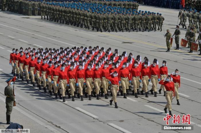 當地時間6月10日,在俄羅斯紀念衛國戰爭勝利75周年閱兵前,士兵帶著口罩在莫斯科近郊阿拉比諾的軍事基地進行彩排。