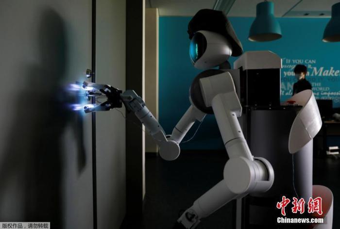 当地时间6月10日,日本川崎市,一家机器人科技企业研发了一款家政机器人。这款机器人可以通过网络远程操控,作为家政人员的替身完成清洁服务,秀文笔q文学,例如刷马桶擦窗户等,在疫情期间能够有效的减少人员之间的接触,减低病毒传播风险。