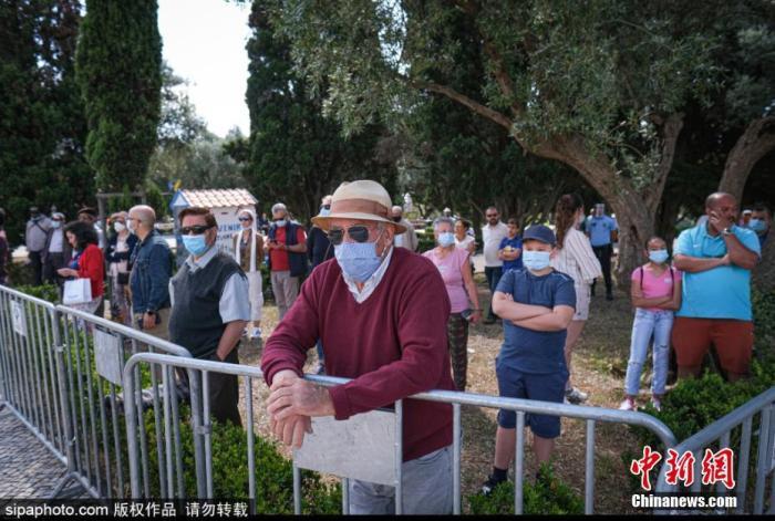 當地時間6月10日,葡萄牙舉行國慶日慶祝活動,民眾佩戴口罩出席。圖片來源:Sipaphoto 版權作品 請勿轉載