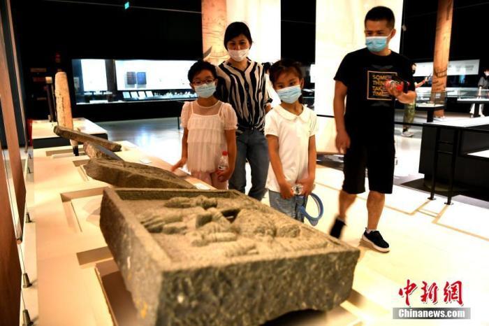资料图:市民戴口罩观看文物展览。中新社记者 王东明 摄