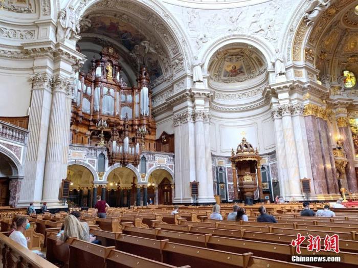 德国首都柏林著名景点和地标建筑之一柏林大教堂日前重新向游客开放。图为6月12日下午,人们在柏林大教堂内参观。 <a target='_blank' href='http://www.chinanews.com/'>中新社</a>记者 彭大伟 摄