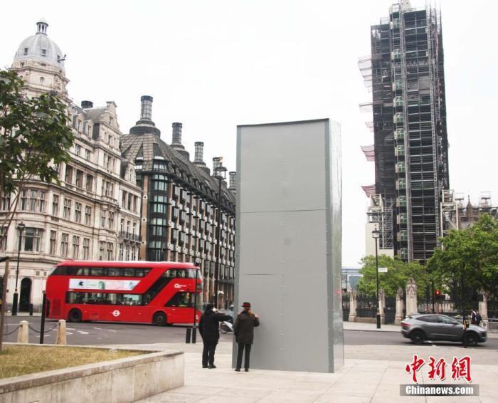 当地时间6月12日,伦敦一些历史人物塑像被支架和金属板包裹保护起来,以防在游行示威中被涂鸦和毁坏。图为坐落于伦敦议会广场的英国历史名人、英国前首相温斯顿·丘吉尔(Winston Churchill)塑像,被金属板材严严实实包裹起来。 <a target='_blank' href='http://www.chinanews.com/'>中新社</a>记者 张平 摄