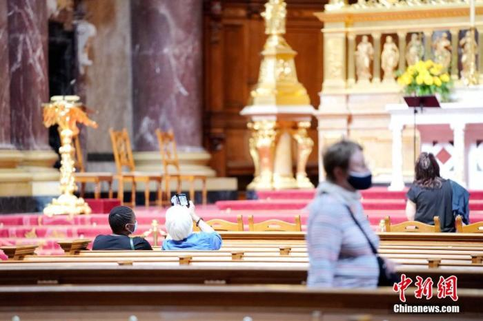 图为6月12日下午,柏林大教堂内的参观者。 记者 彭大伟 摄