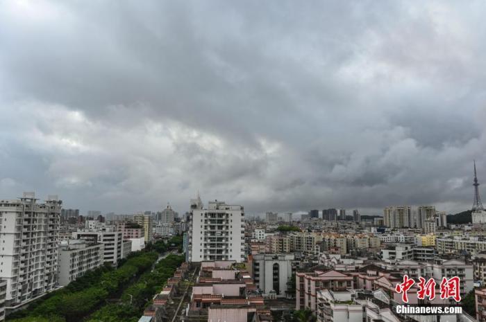 """6月14日,今年始个登陆中国的台风""""鹦鹉""""致广东省阳江市市区上空乌云密布。台风""""鹦鹉""""于6月14日8点50分以炎带风暴级(9级,23米/秒)在阳江海陵岛登陆。 中新社记者 陈骥旻 摄"""