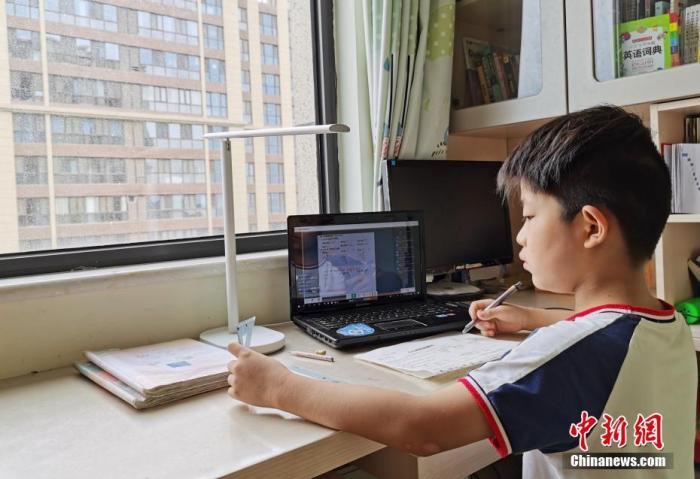 资料图:一小门生在家中通过平板电脑收看直播上数学课。 lt;a target='_blank' href='http://www.chinanews.com/'gt;中新社lt;/agt;记者 翟羽佳 摄