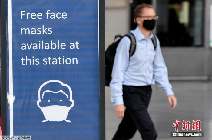 当地时间6月15日,英国伦敦,一名戴着口罩的通勤者抵达帕丁顿车站。