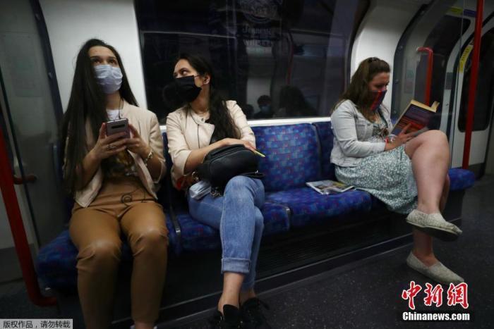 當地時間6月15日,英國倫敦,乘客戴口罩乘坐地鐵出行。據報道,英國政府4日宣布,從6月15日起,在公共交通工具上將強制要求乘客戴口罩。