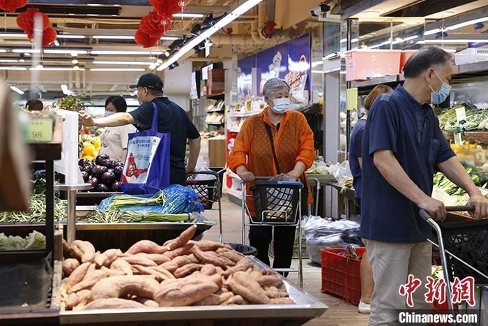 资料图:北京市民在超市内采购蔬菜。/p中新社记者 蒋启明 摄