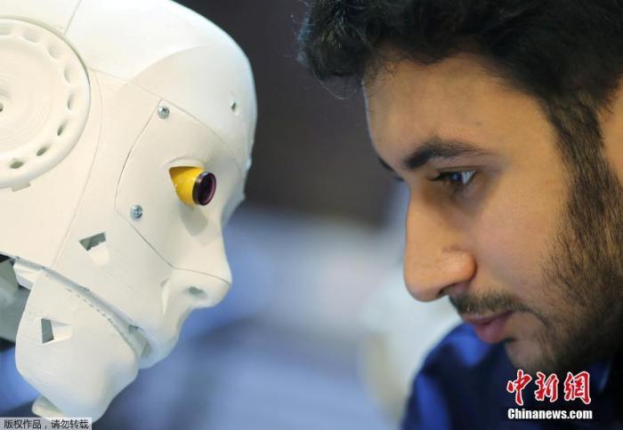 近日,埃及一名26岁的机械工程师研制了一款遥控机器人,在开罗进行测试。该款机器人可以通过PCR检测人类是够感染新冠肺炎,以减少与疑似病例的接触。