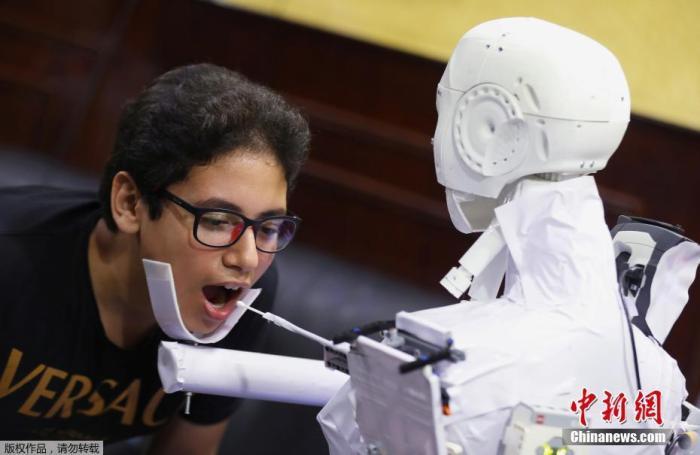 6月,埃及别名26岁的死板工程师研制了一款遥控机器人,在开罗进走测试。该款机器人能够经过PCR检测人类是够感染新冠肺热,以缩短与疑似病例的接触。