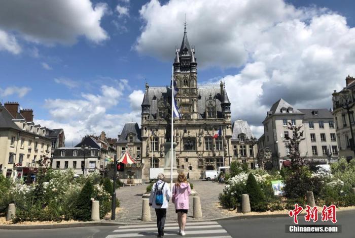 """當地時間6月15日,法國進入戰疫新階段。按照法國總統馬克龍的宣布,從這天起,除了法國海外省馬約特島及法屬圭亞那之外,法國本土都劃歸為疫情緩解的""""綠區""""。在法國東北部瓦茲省的歷史名城貢比涅,這里仍在緩慢平復疫情帶來的傷痛。圖為當天拍攝的貢比涅市政廳外景。 <a target='_blank' href='http://www.censulting.com.cn/'>中新社</a>記者 李洋 攝"""