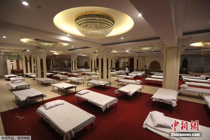 资料图:当地时间6月15日,印度新德里,宴会厅被改造为临时医院。