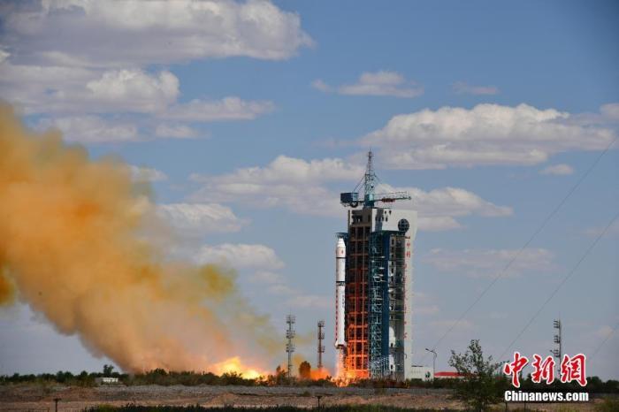 2020年6月17日15时19分,中国在酒泉卫星发射中心用长征二号丁运载火箭,成功将高分九号03星送入预定轨道,发射获得圆满成功。此次任务还搭载发射了皮星三号A星、和德五号卫星。单彪 摄
