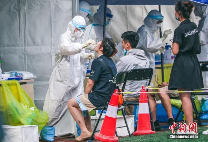6月17日,北京新�l地市�鱿嚓P重�c�^域和重�c人群的���z人�T在�S�_�^方�f�w育公�@接受新冠肺炎病毒核酸�z�y。<a target='_blank' >中新社</a>�者 �Z天勇 �z