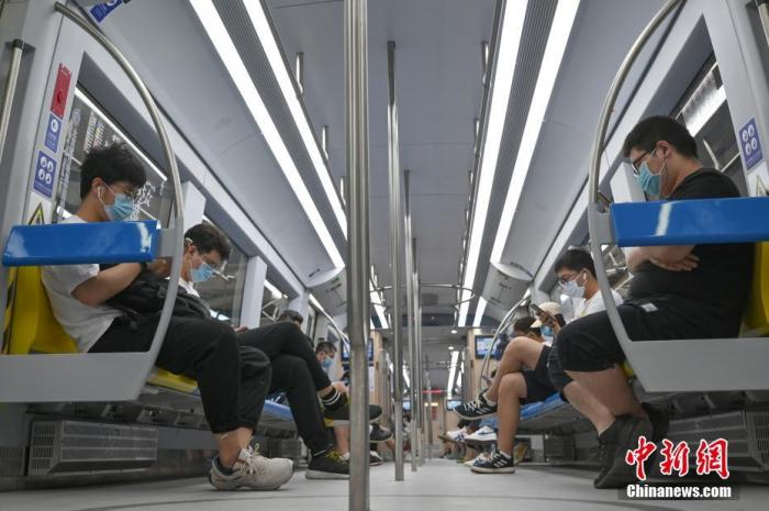 6月17日,北京市民乘坐地铁S1号线出行。<a target='_blank' href=''>中新社</a>记者 张兴龙 摄