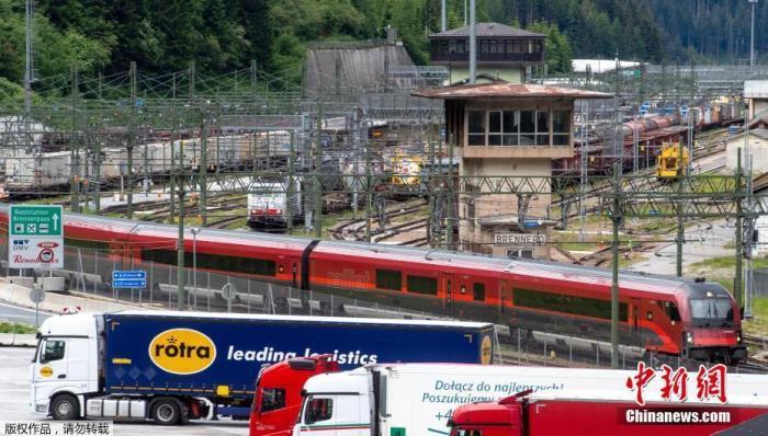 当地时间6月16日,奥地利恢复与欧洲31国的人员自由往来。图为往返于意大利与奥地利的国际列车恢复通行。