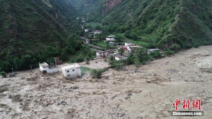 6月17日,四川省甘状油分廖藏族自治州丹巴县的民房被淹。据四川甘孜州人民当局资讯办公室消息,17日3时20分许,丹巴县境内发生山洪泥石流灾害,截至17日9时,累计疏散5000余户2万余人,成功救援14人,2人失联。 中新社发 丹巴宣 供图