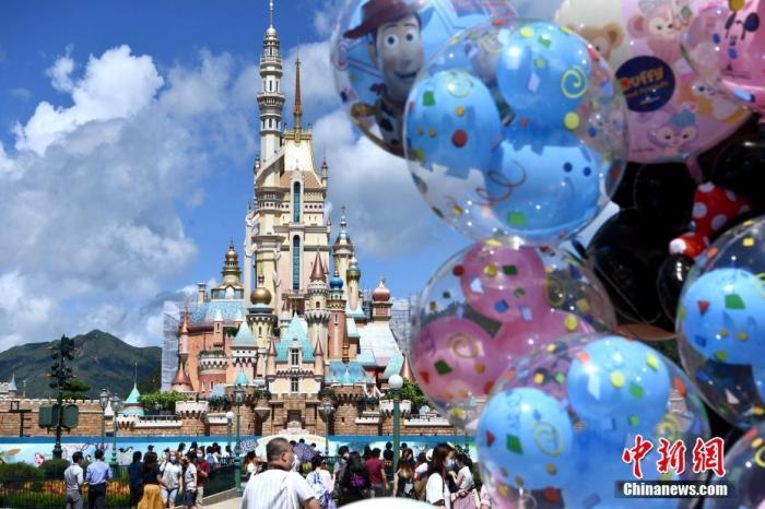 6月18日,市民觀賞即將竣工的奇妙夢想城堡。早前因應疫情,香港迪士尼樂園關閉逾四個月后重新開放。開放首日,樂園實施多項防疫措施,包括人數管制、賓客須預約到訪日期等。而一眾迪士尼粉絲一早進場游歷奇妙旅程。樂園內,迪士尼經典角色米奇及米妮與入園人士互動,十分歡樂。 <a target='_blank' href='http://www.sj246.cn/'>中新社</a>記者 李志華 攝