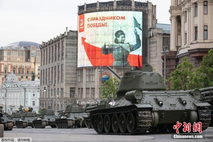 当地时间6月17日,参加俄罗斯阅兵式彩排的受阅部队抵达莫斯科著名的特维尔大街,等待进行首次夜间彩排。参加彩排的俄军官兵均佩戴了口罩和手套。