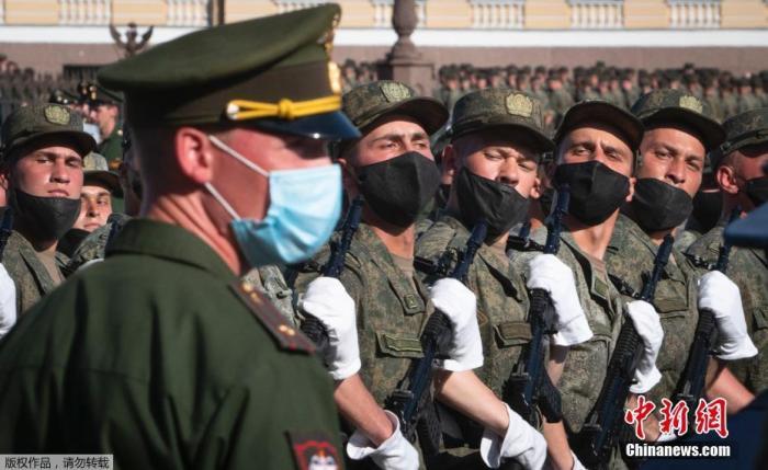 當地時間6月17日,參加俄羅斯閱兵式彩排的受閱部隊抵達莫斯科著名的特維爾大街,等待進行首次夜間彩排。參加彩排的俄軍官兵均佩戴了口罩和手套。據悉,夜間彩排分別于6月17日和6月20日舉行。