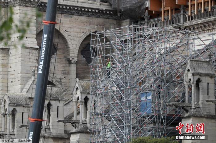 當地時間2020年6月17日,法國巴黎,工人拆除巴黎圣母院被燒毀的腳手架,并安裝新的腳手架。