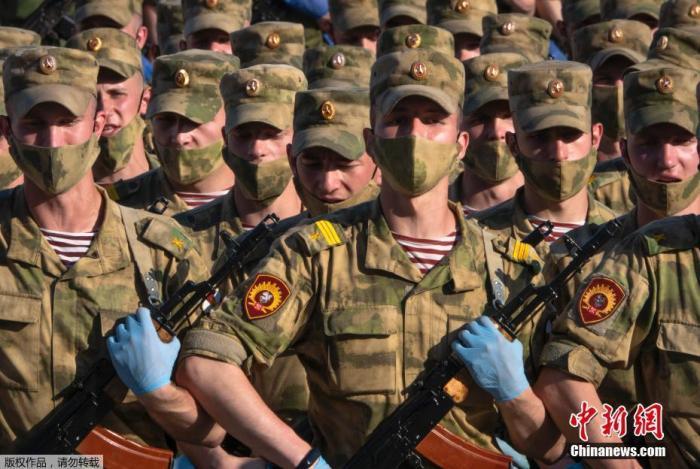 當地時間6月17日,參加俄羅斯閱兵式彩排的受閱部隊抵達莫斯科著名的特維爾大街,等待進行首次夜間彩排。參加彩排的俄軍官兵均佩戴了口罩和手套。